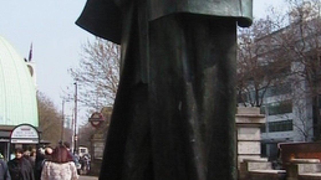 Памятник Холмсу в Лондоне у метро Бейкер-Стрит