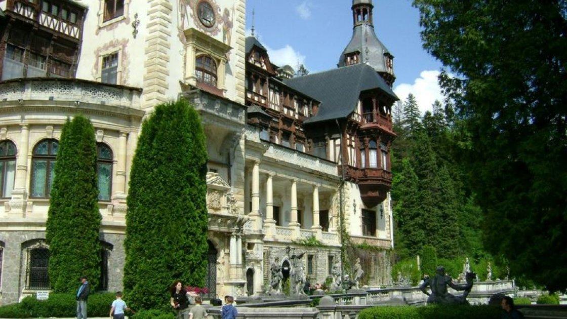 Замок Пелеш в Румынии - окрестности