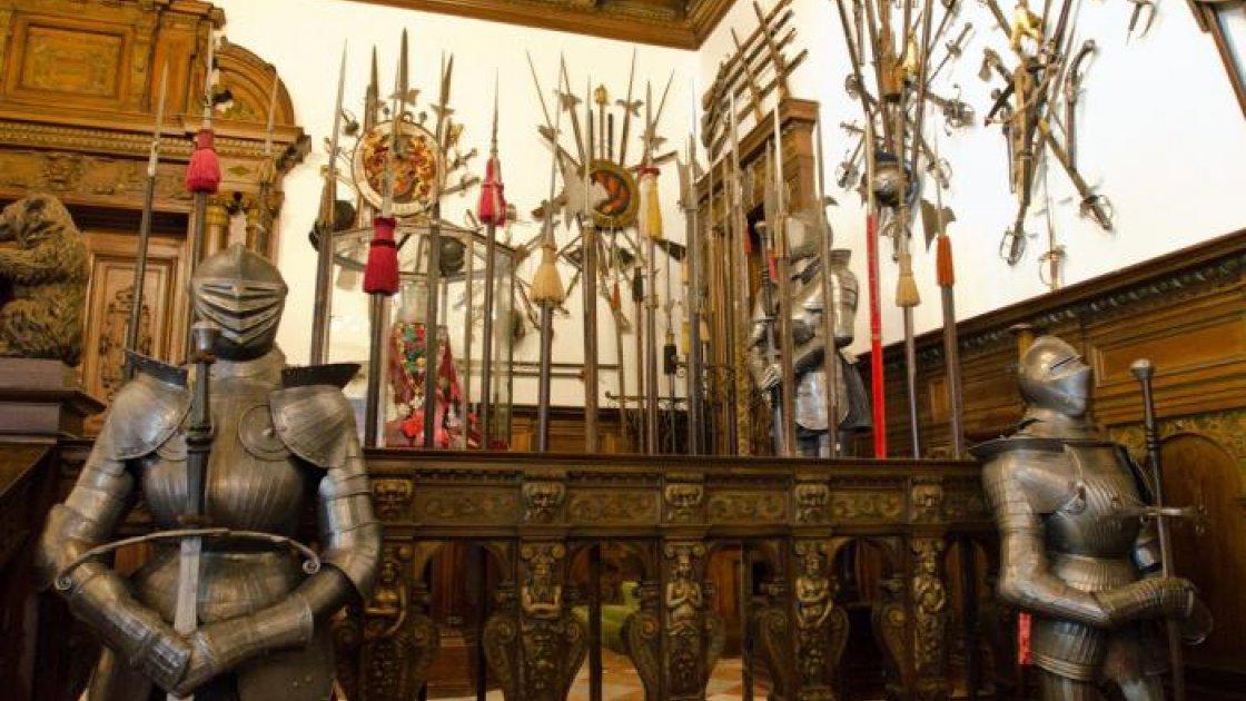 Замок Пелеш в Румынии - оружейная выставка
