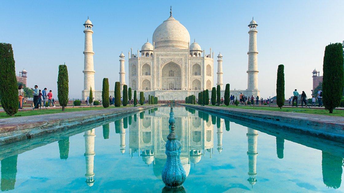 Тадж-Махал в Индии парит