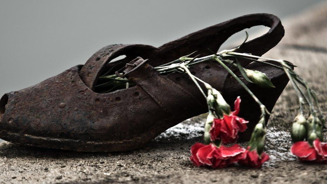 Мемориал «Ботинки на Дунае» - с цветами