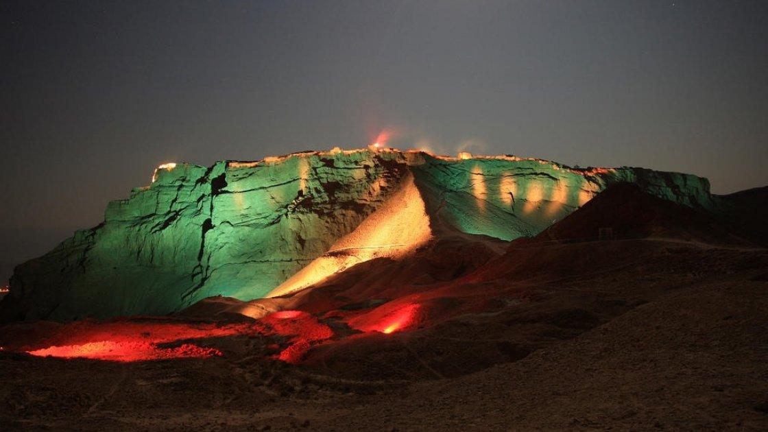 Крепость Масада в Израиле  ночью