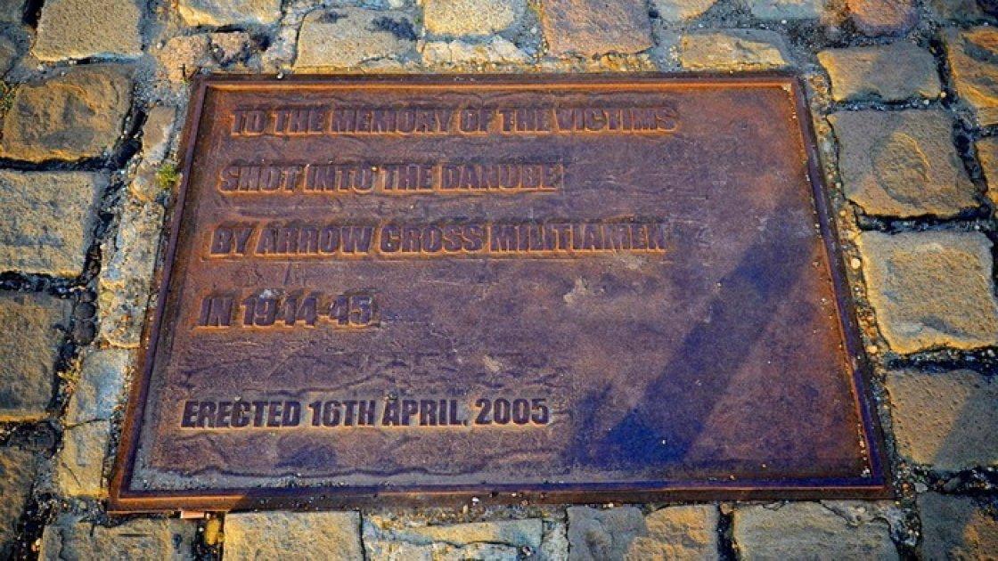 Мемориал «Ботинки на Дунае» - надпись