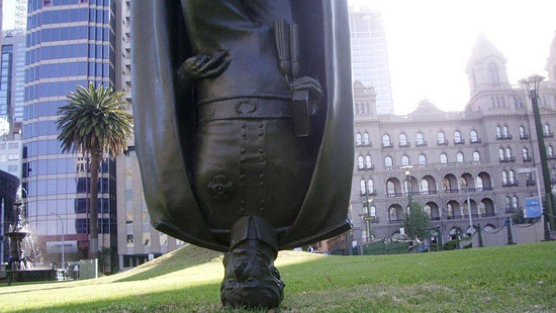 Перевернутый памятник Чарльзу Ла Тробу - вблизи