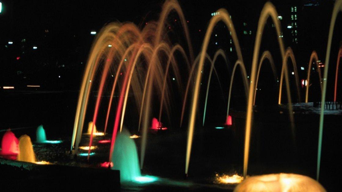 Мемориальный парк мира в Хиросиме – ночью фонтан