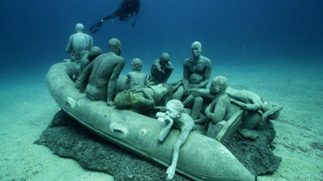 Подводный музей в Мексике «Тихая эволюция»-лодка