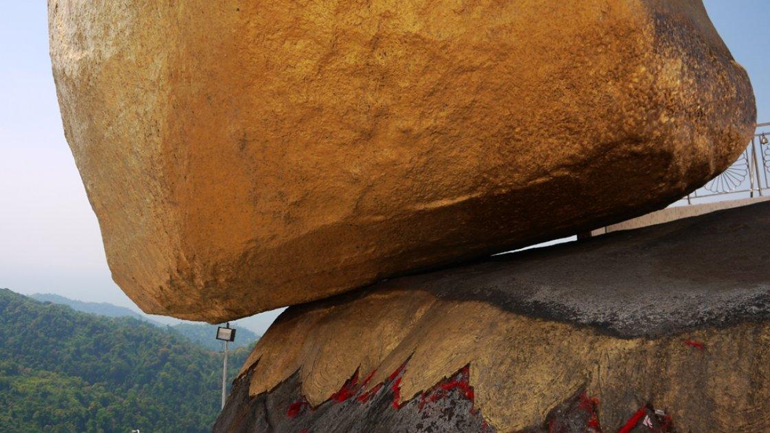 Золотой камень Будды в Мьянме 3
