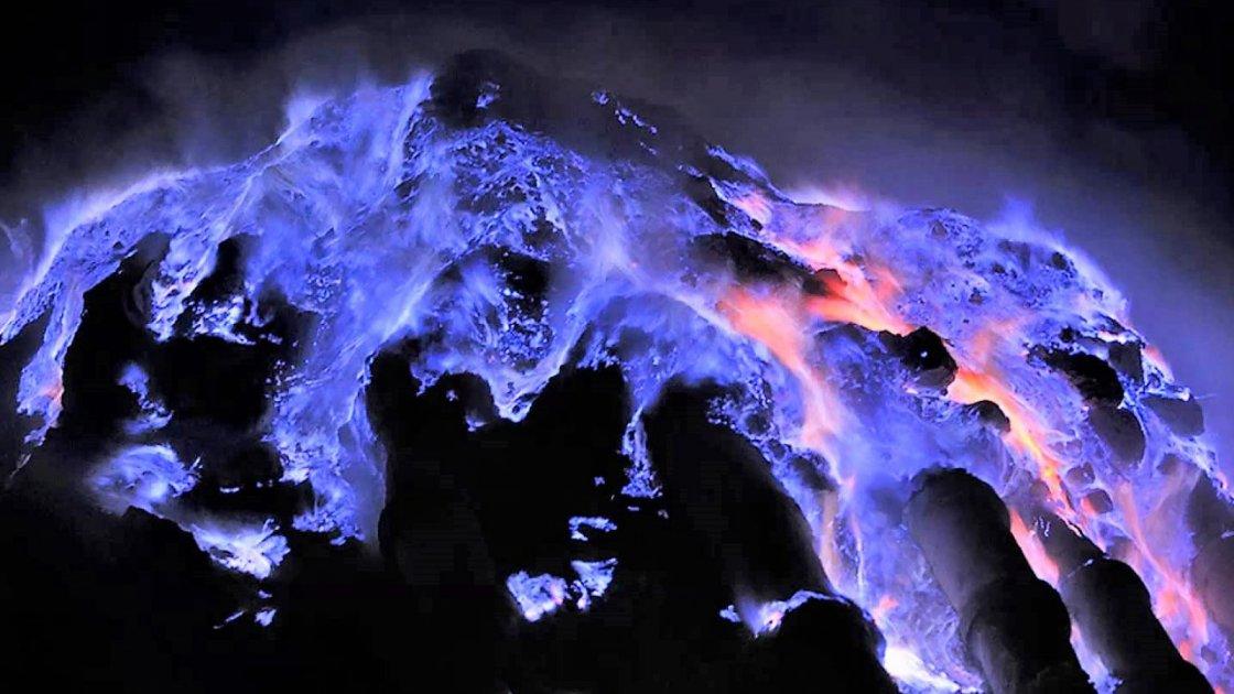 Действующий вулкан Иджен 2