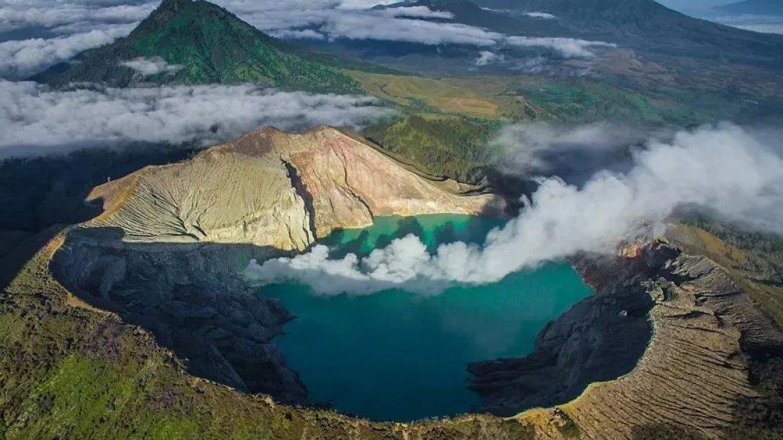 Вулкан Иджен на острове Ява, синие огни