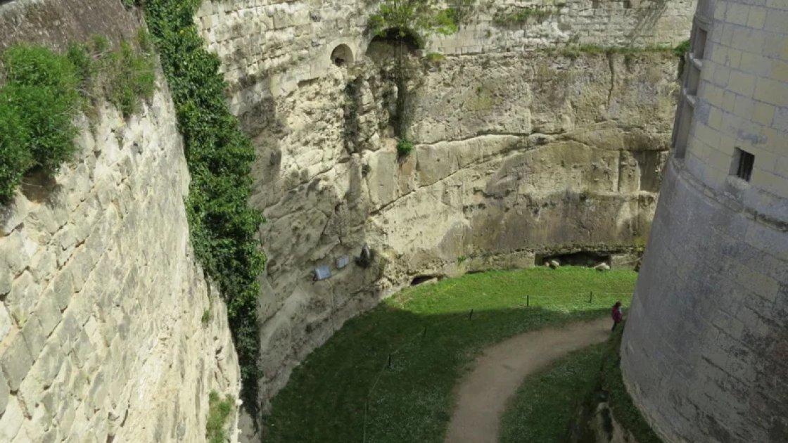 Ров вокруг замке Брезе
