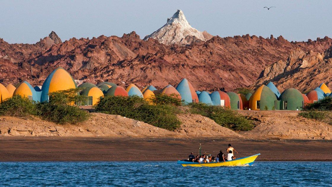 """Вид на """"разноцветный курорт"""" с моря"""