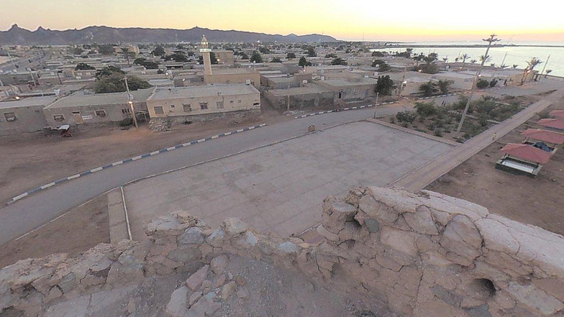 Вид на город (иди деревню) Ормуз со стены крепости Ормуз