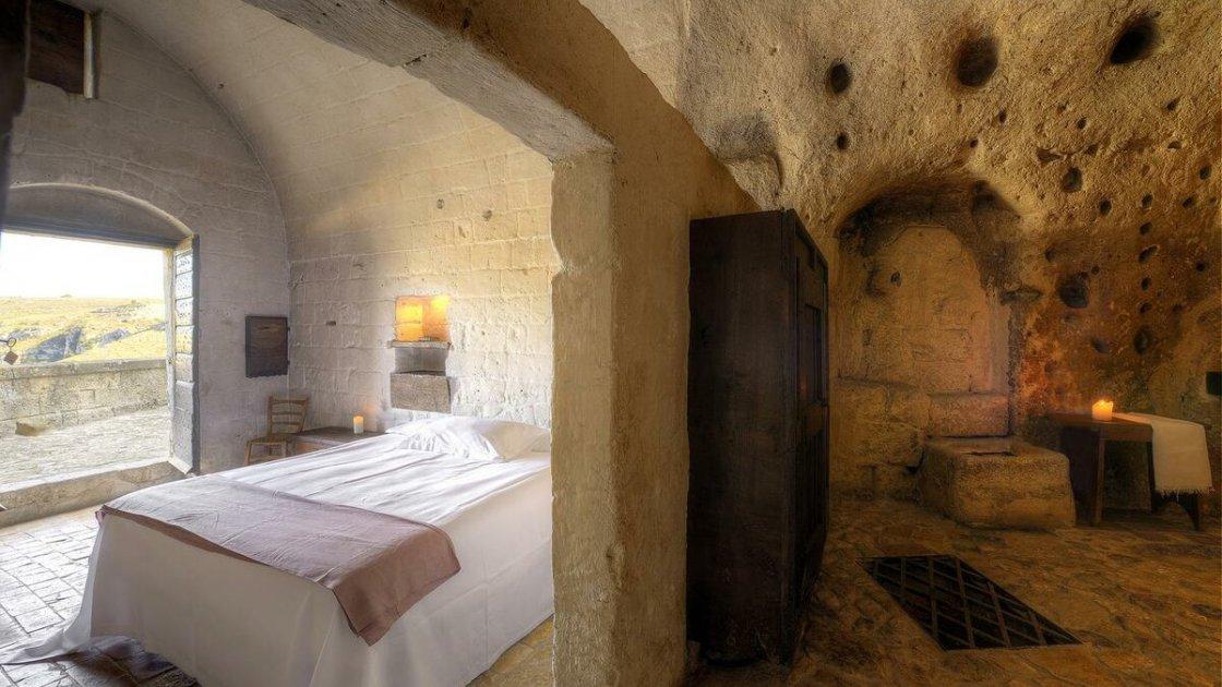 Как настоящие пещеры, в которых жили бомжи и хиппи, превратили в дорогой отель