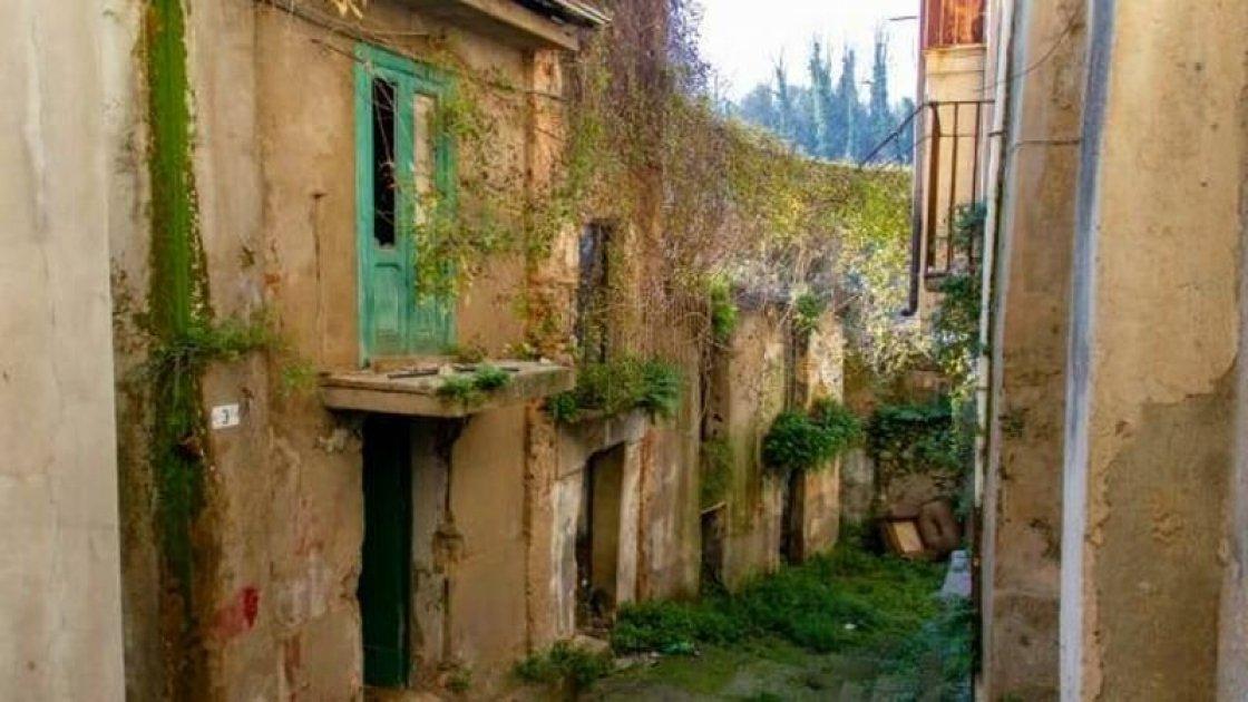 Такой дом был выставлен по цене в 1 евро в коммуне Чинкуэфронди