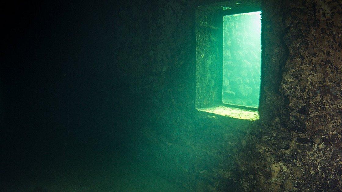 Подводное тюремное окно
