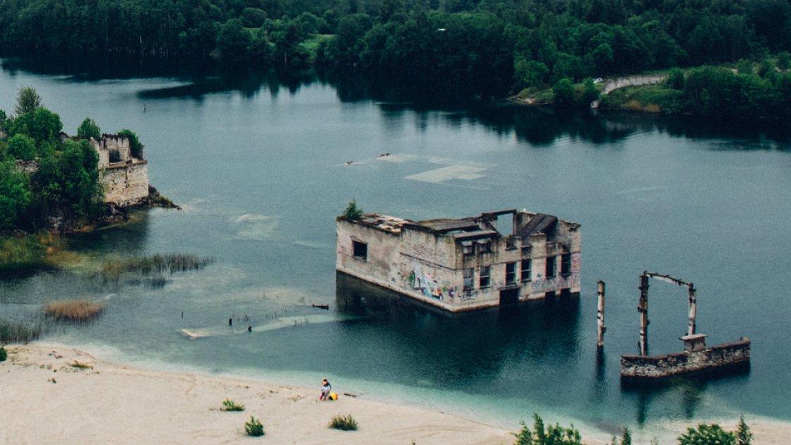 Часть зданий - полностью под водой, часть - видны над поверхностью