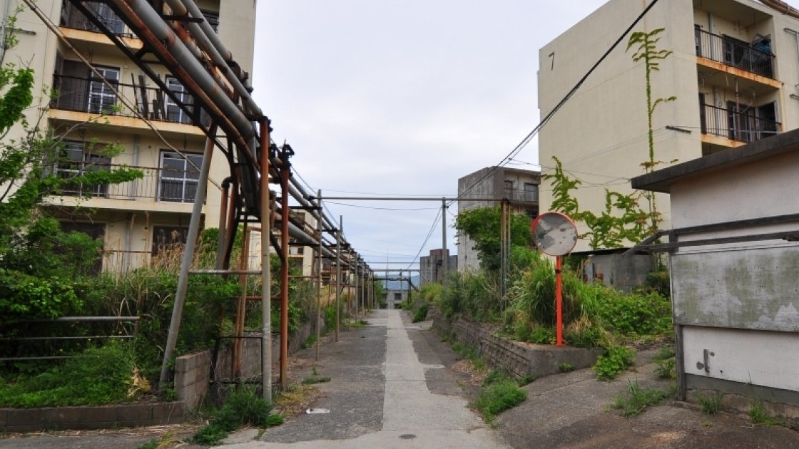 Улица заброшенного города на острове Икэсима