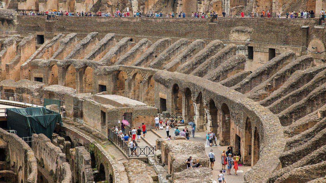 Туристы внутри Колизея