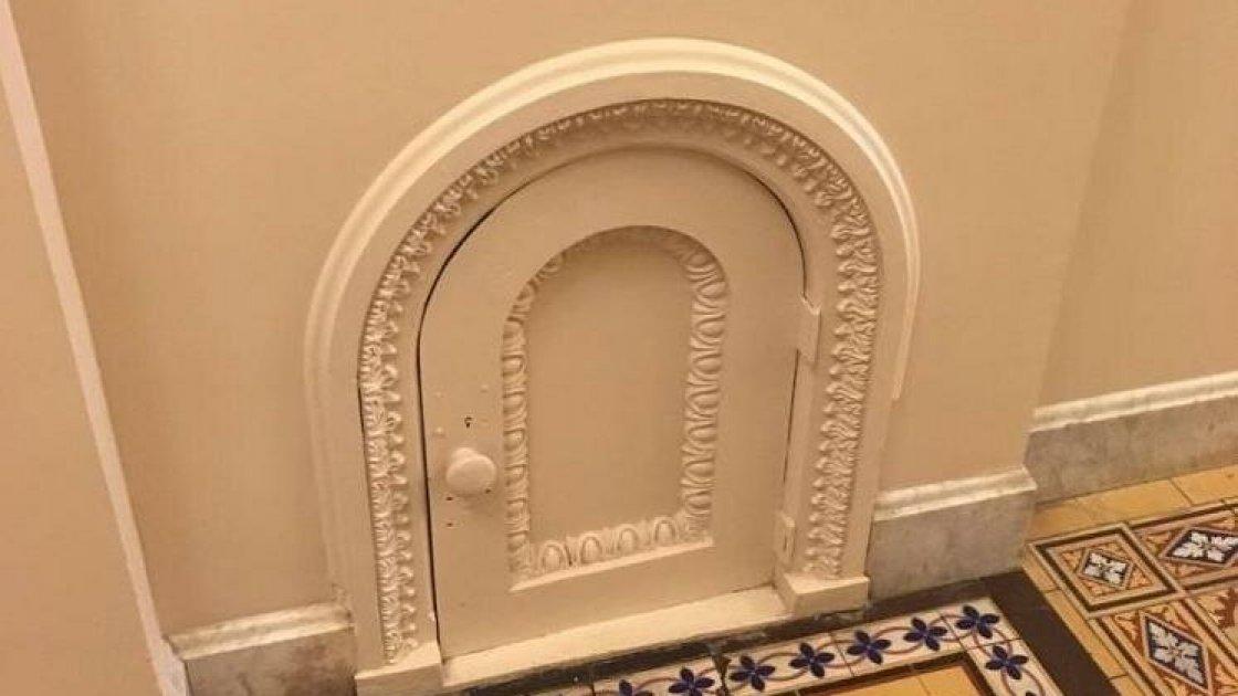 Маленькая дверца в коридоре Капитолия