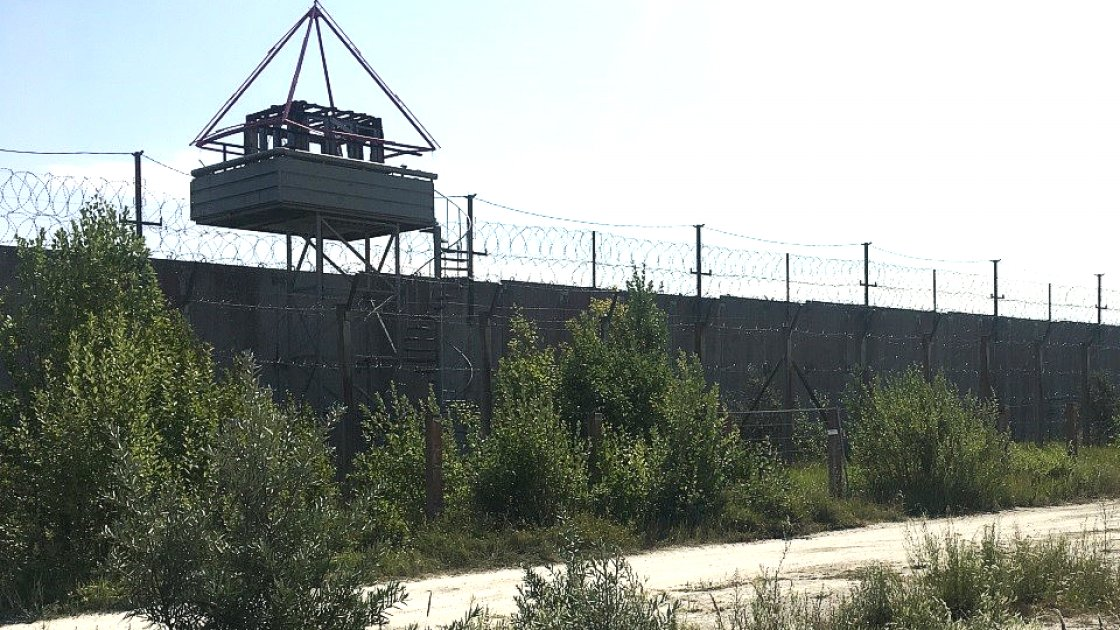 Так сейчас выглядит стена тюрьмы - той части, что осталась на берегу