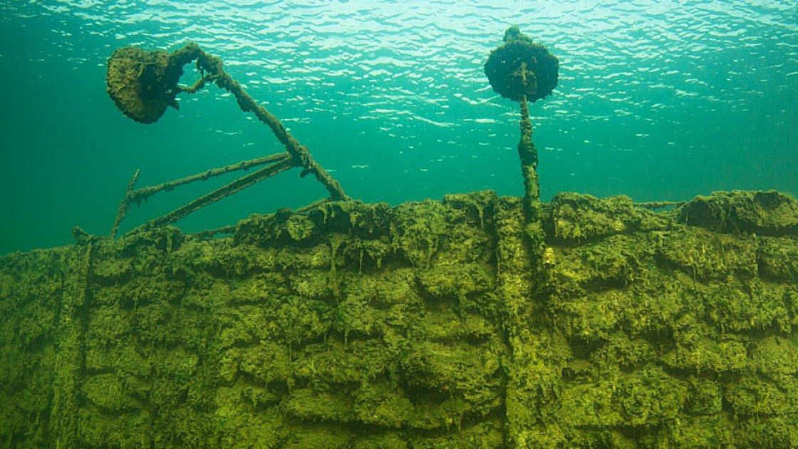 Стены и фонари под водой озера Румму