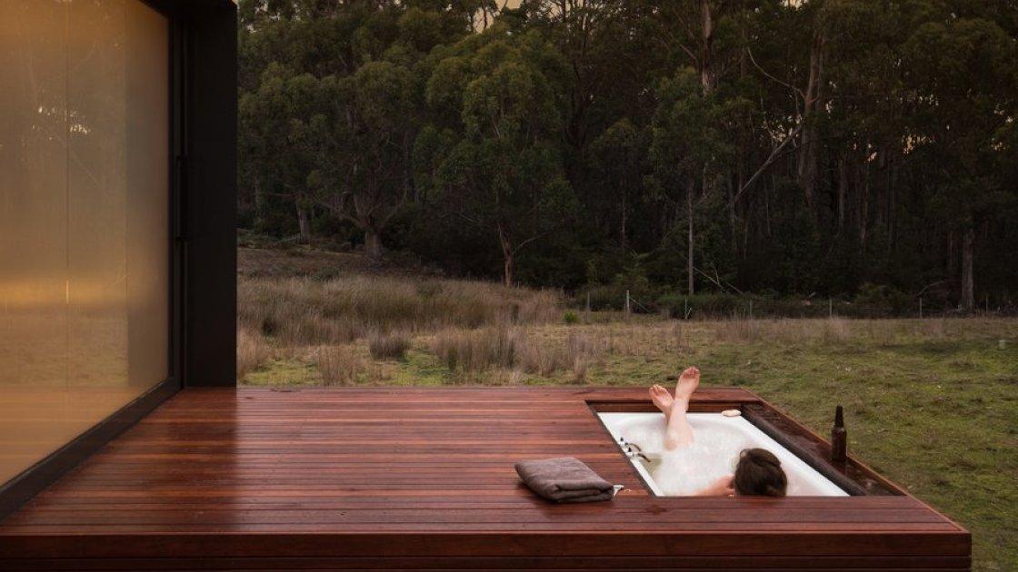Домик с ванной на террасе