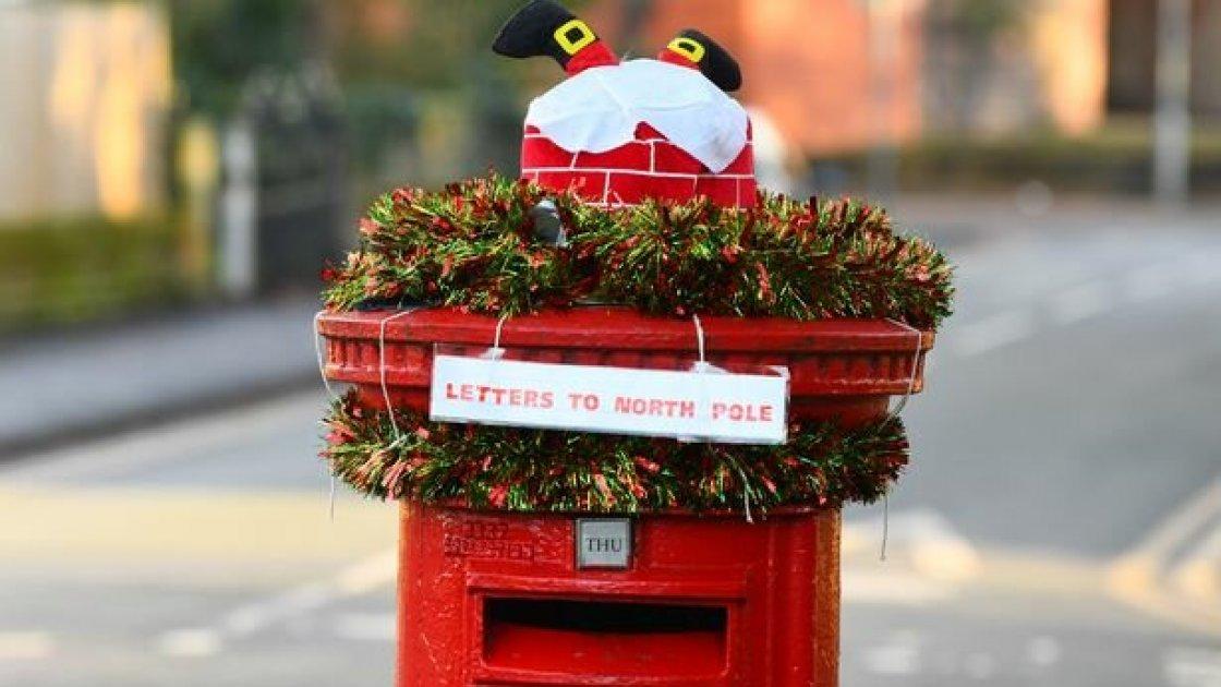 Для чего в Англии стали на Рождество наряжать знаменитые красные почтовые ящики