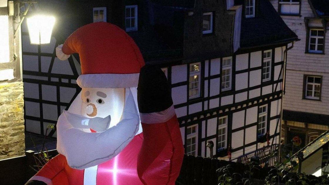 Дед Мороз приветствует пустые улицы Моншау