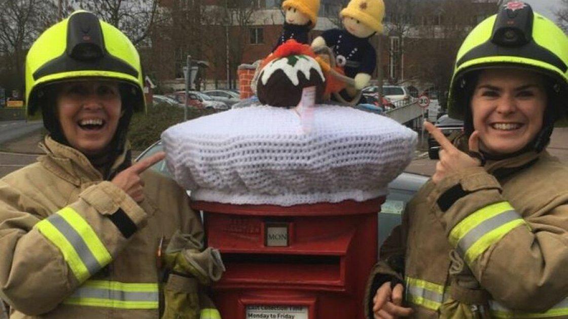 Пожарным явно понравились их вязанные копии. Это тоже в Хертфорде