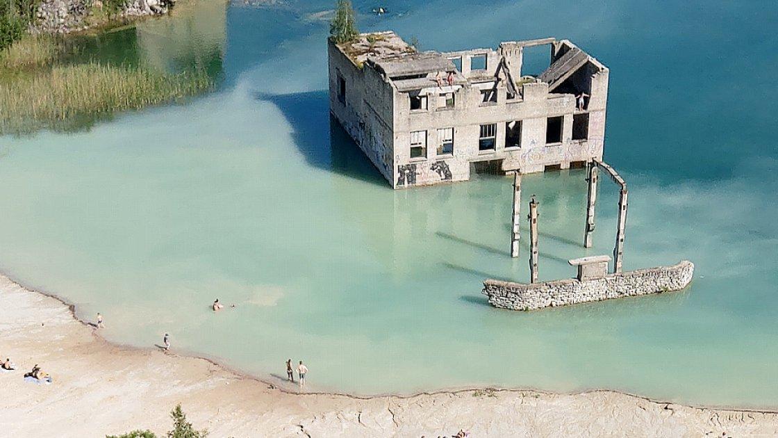 Вид на затопленное здание тюрьмы в карьере Румму