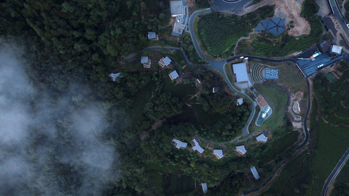 """Тут видно, что """"цивилизация"""" недалеко - в самом верху фото даже видны припаркованный автомобили"""