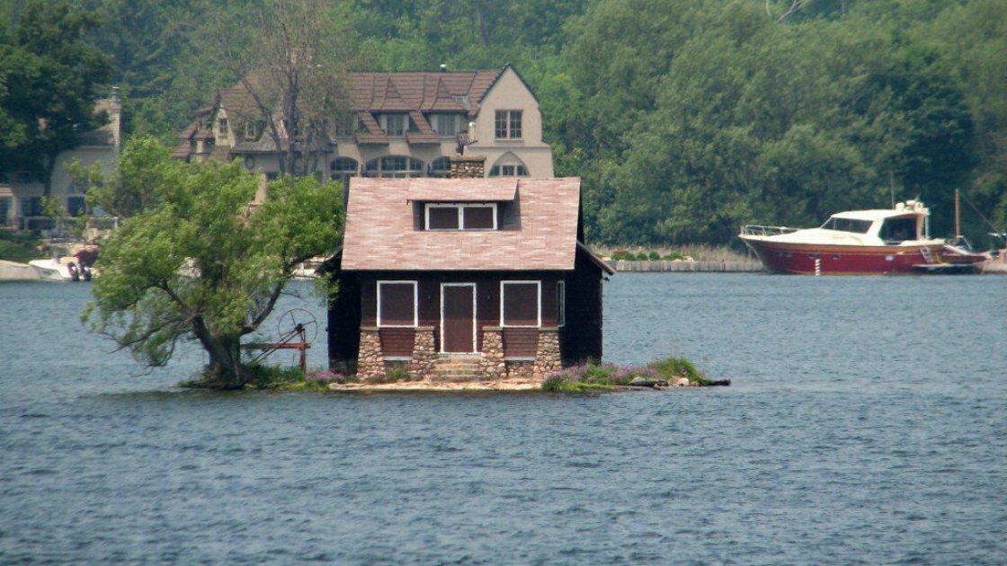 Совсем маленькие островки застраивают маленькими домами