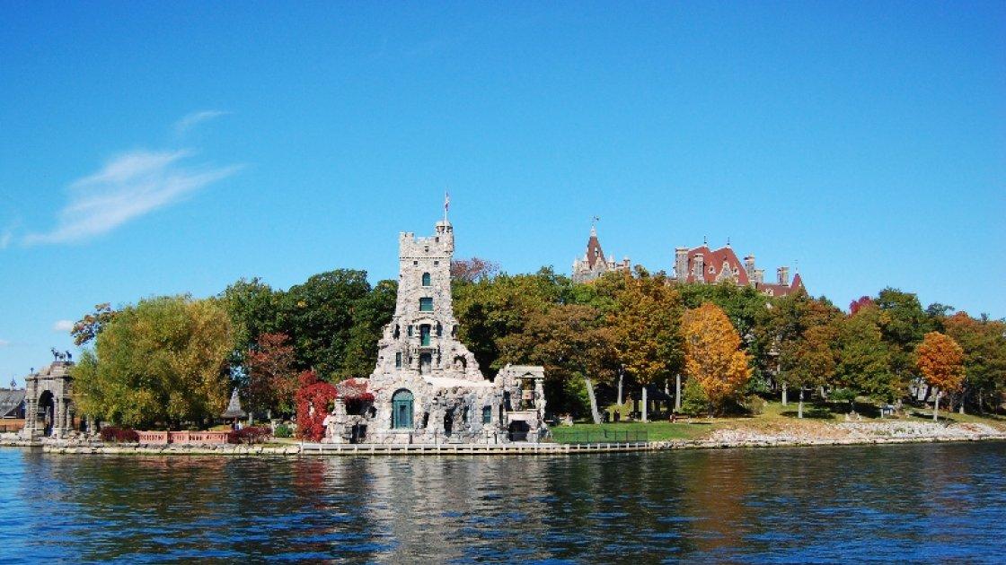 Башня Альстер и большой замок на заднем фоне