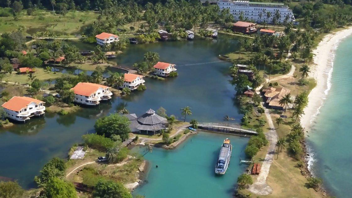 """Если присмотреться, видно, что все почти домики тоже стоят на воде, а """"фундаментом"""" для них являются лодки"""