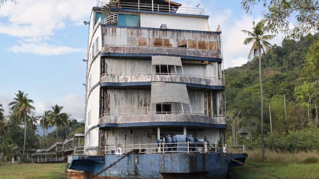 Бывший лайнер и отель выглядит сильно заброшенным