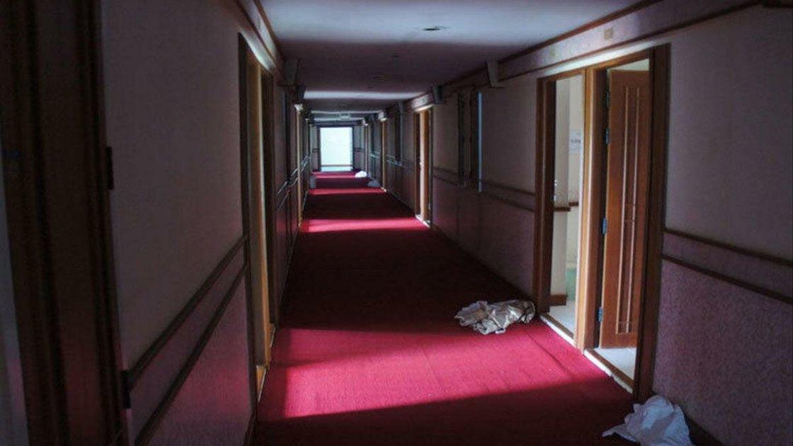 Фото, сделанное уже после полного опустения корабля-отеля - но, видимо, последние из жилых номеров