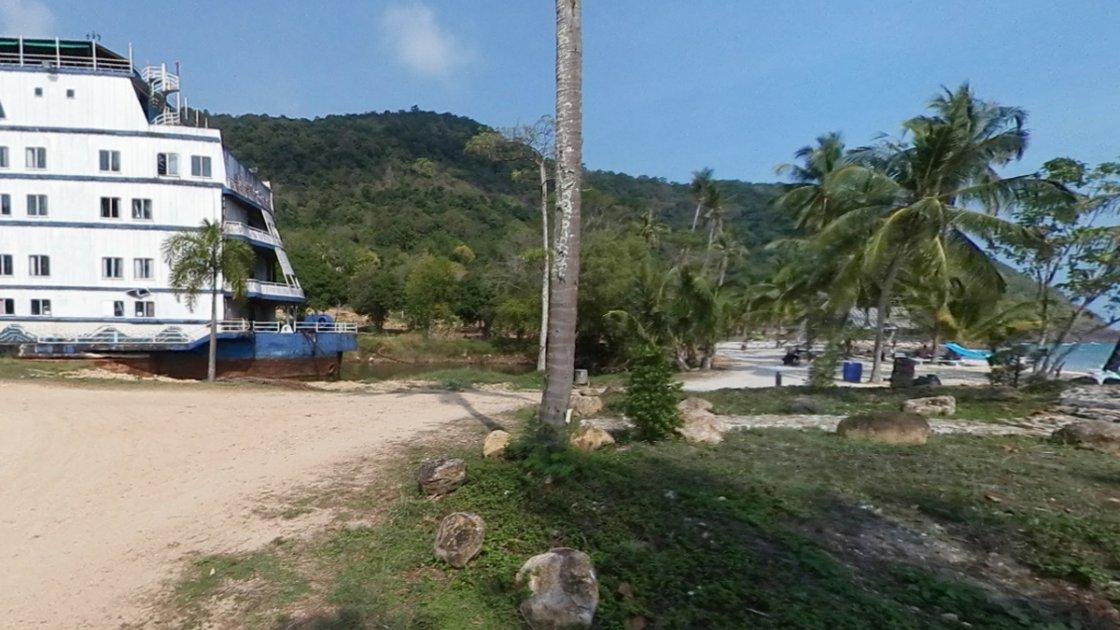 Как видим, до берега не так далеко - но канала уже нет, на его месте пляж