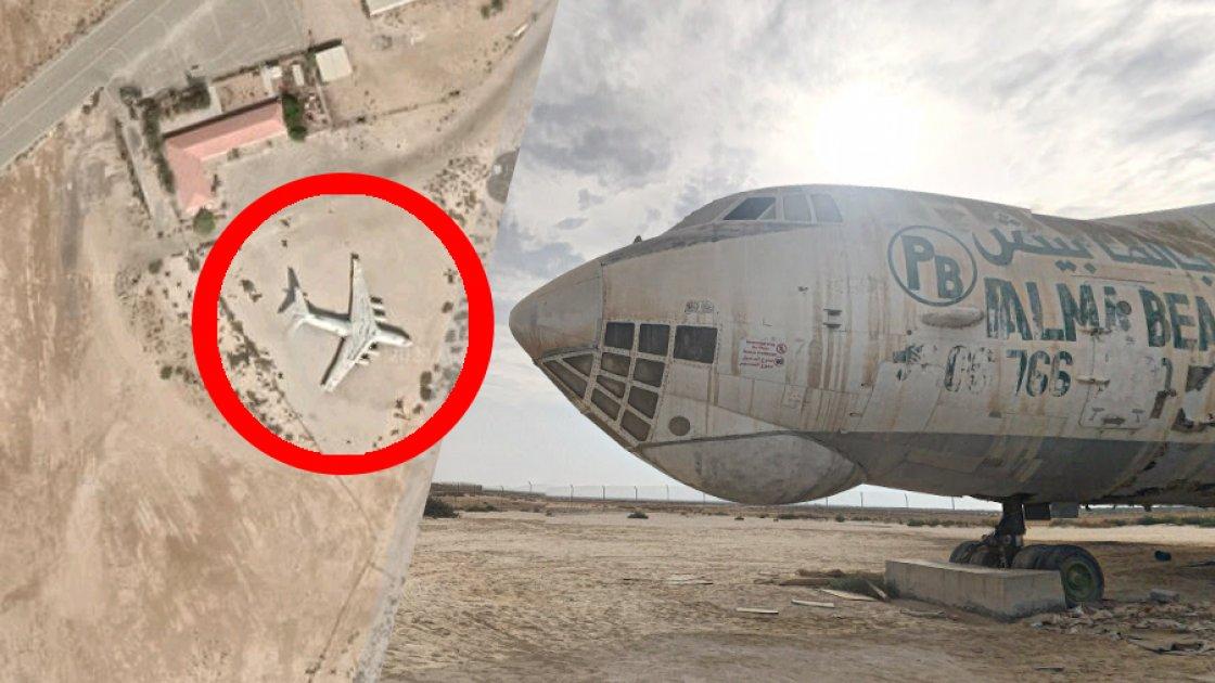 На спутниковых картах самолёт в пустыне хорошо виден