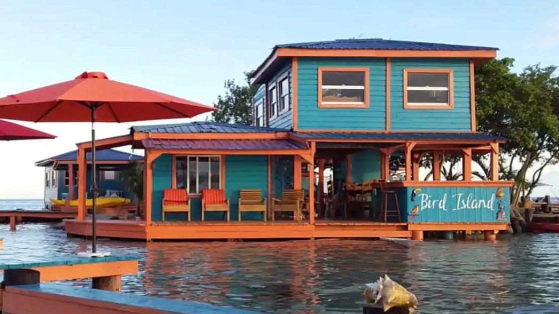 """Дома стоят на водой, тем самым увеличивая """"полезную площадь"""" острова"""