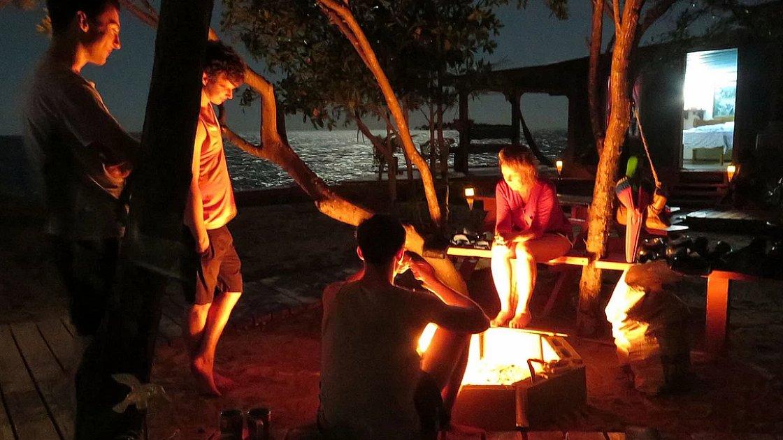 Ночь и барбекю на маленьком арендованном острове в Карибском море