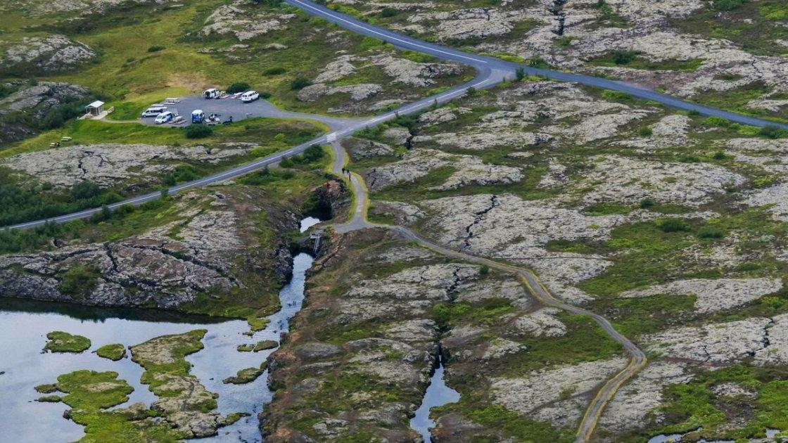 Подземное озеро находится как раз под автомобильной стоянкой