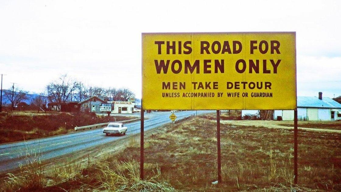 """Надпись """"Эта дорога только для женщин"""" вгонит в ступор любого мужчину, который сидит за рулём"""